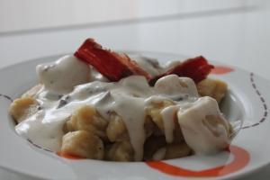 Gnocchis con cecina y salsa de queso trufado
