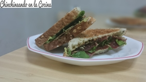 Sandwich de aguacate con cecina