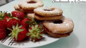 Galletas rellenas de mermelada de fresas