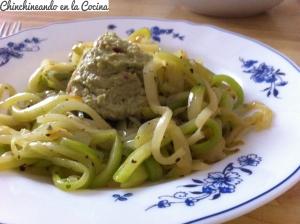 Espaguettis de calabacin con salsa de aguacate