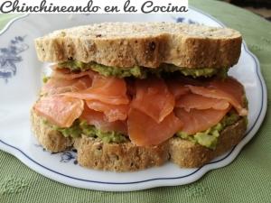 Sándwich de aguacate y salmón ahumado