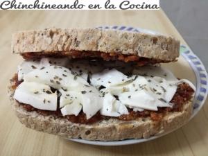 Sándwich de mozarella y pesto rossoSándwich de mozarella y pesto rosso